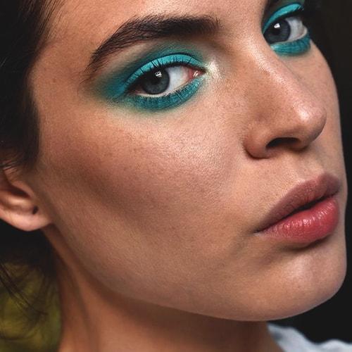 blue-neon-eye-shadow-makeup
