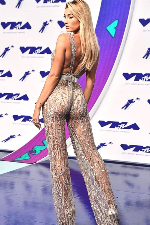 hailey-baldwin-jumpsuit-vma-2017-min