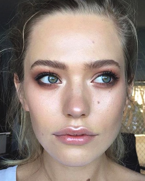glossy-lips-makeuptips-min