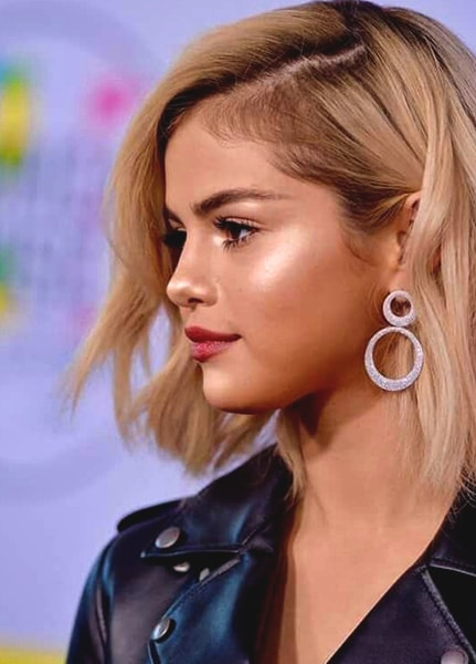 selena-gomez-highlighter-bright-makeup