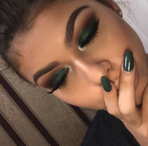 green-smokey-eye-makeup-green-nails-min