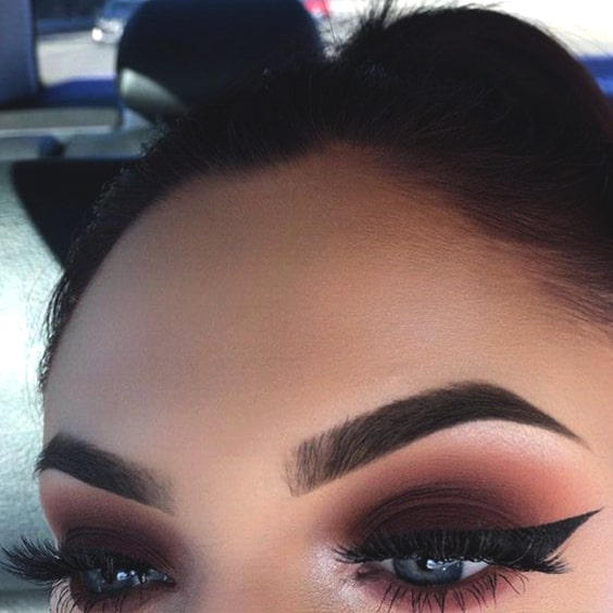 dark-smokey-eye-makeup-winged-eyes-min