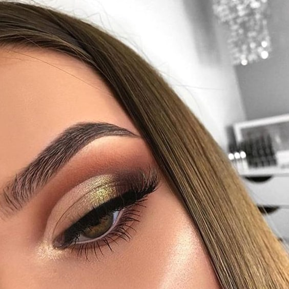 golden-eye-shadow-christmas-makeup-look-min