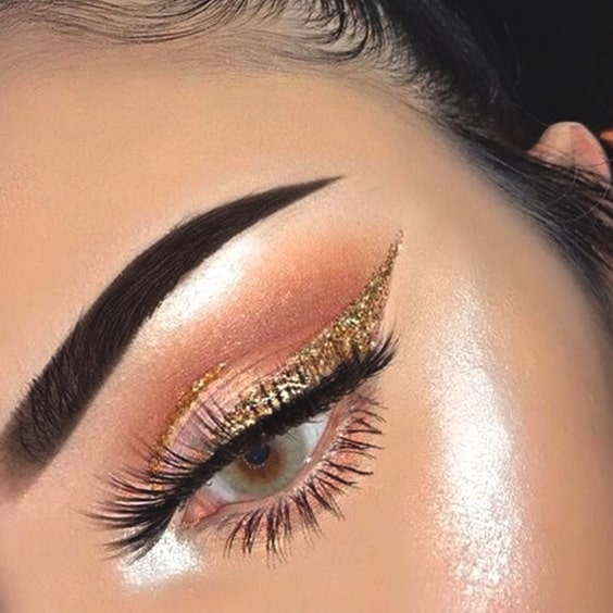 golden-glittery-eyeliner-look-min