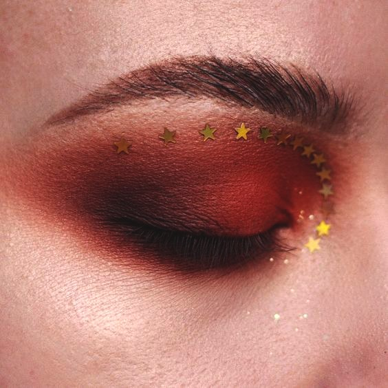 starry-eye-makeup-idea-christmas-makeup-ideas-min
