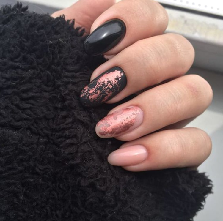 black-nail-design-trends-rose-gold-nails-min