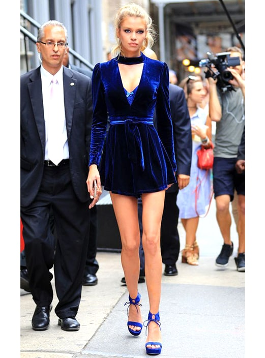 midnight-blue-velvet-dress-new-years-eve-outfit-ideas-min
