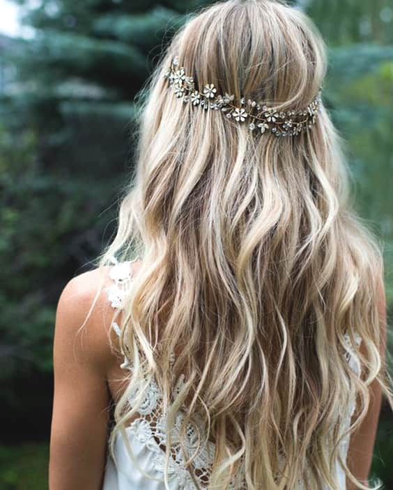 loose-blonde-curly-wedding-hairstyle-2019-min