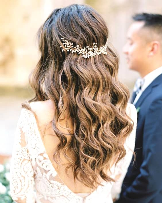 loose-curly-wedding-hairstyles-min